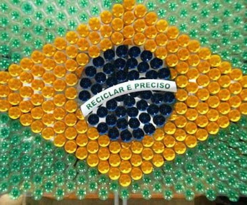 Aprenda a fazer uma bandeira do Brasil com garrafas PET